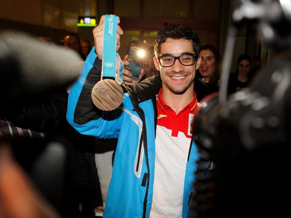 Javier Fernández posa con su medalla de bronce a su llegada a Barajas.