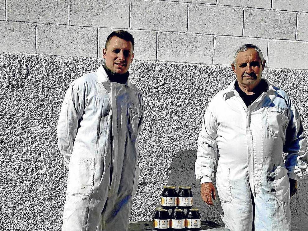 En la imagen, Roberto y su padre en el exterior de la envasadora.