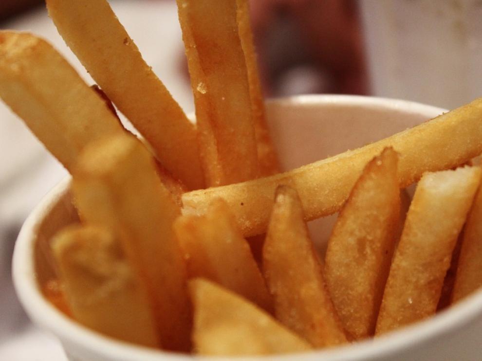 Las patatas fritas perfectas deben de ser doradas y crujientes por fuera, pero blandas por dentro.