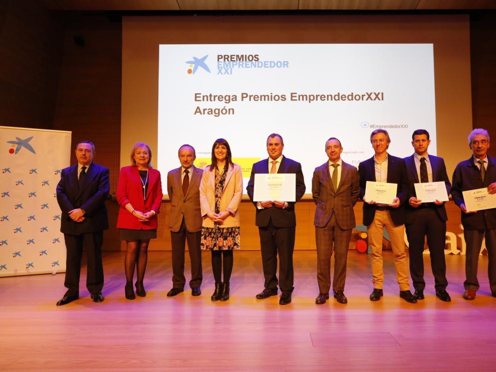 Foto de grupo de los premiados, con el ganador en el centro.