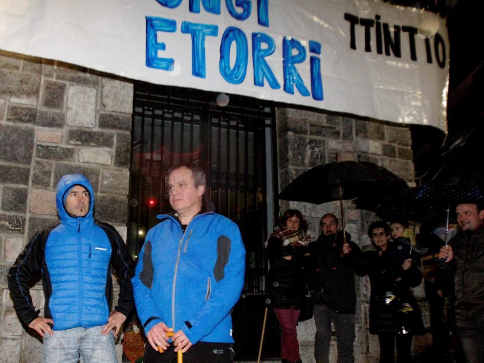 Recibimiento a los etarras Ignacio Otaño (izquierda) e Iñáki Igerategui (derecha) tras salir de la cárcel, este domingo en Andoain.