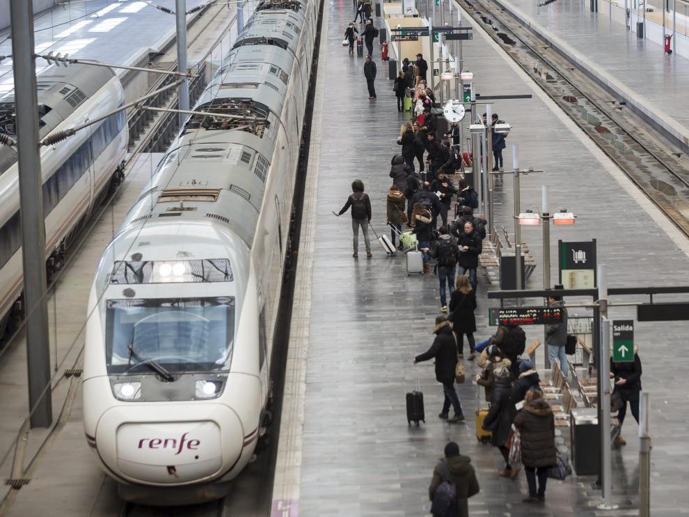 Un tren de alta velocidad Zaragoza-Barcelona, en la estación de Delicias, hace dos semanas.