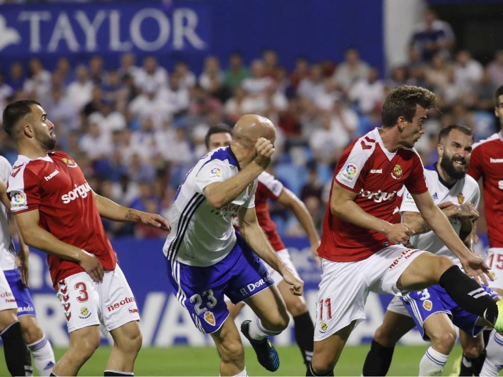Toquero, en el partido ante el Nástic de la primera vuelta en La Romareda, en la acción donde marcó de cabeza el primero de los 3 goles del equipo durante lo que va de temporada a través de balones aéreos.