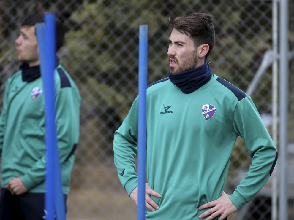 Moi Gómez, durante el entrenamiento que este martes desarrolló el Huesca en el IES Pirámide.