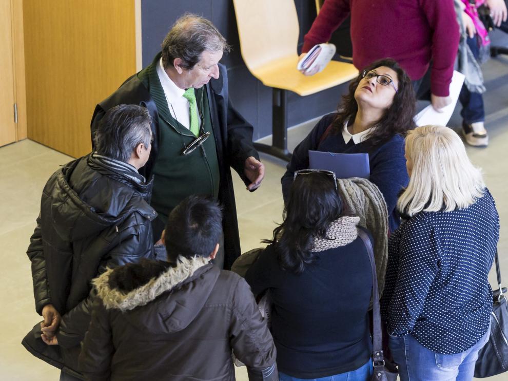 La acusada, junto a su abogado, con la vista en el cielo, poco antes de comenzar el juicio en la Ciudad de la Justicia de Zaragoza.