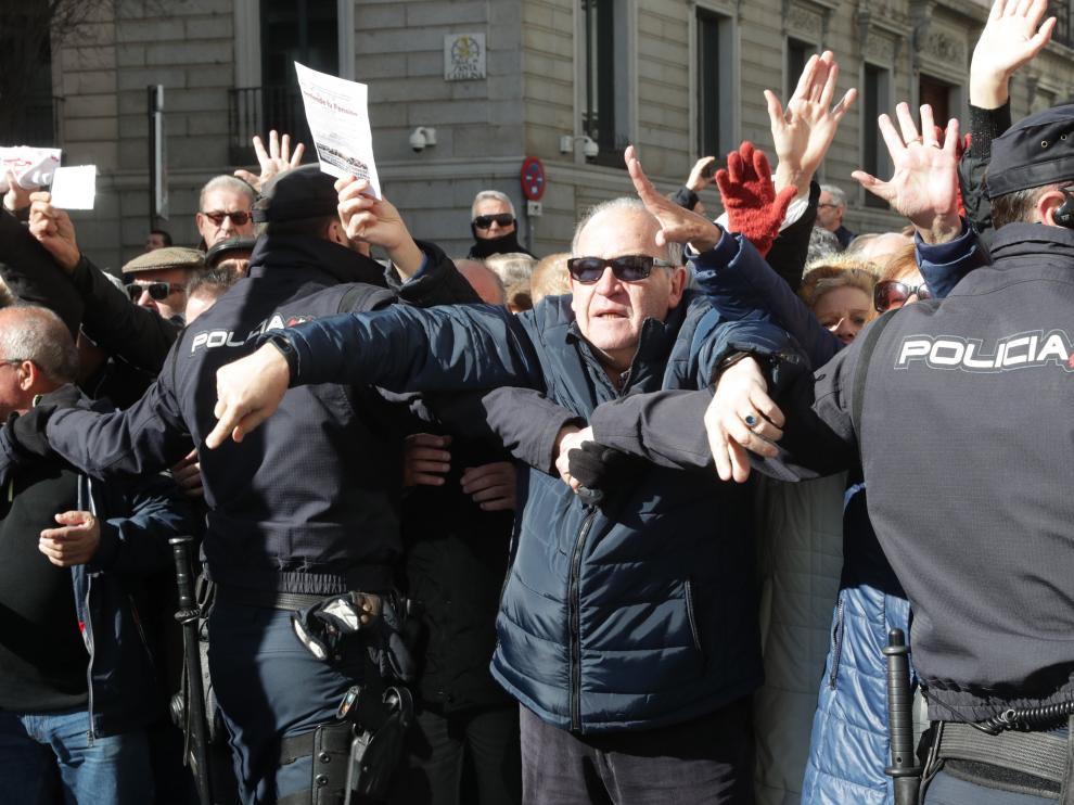 Miles de jubilados, que secundan una concentración en defensa del sistema público de pensiones, han cortado hoy la Carrera de San Jerónimo en Madrid cerrando así el acceso al Congreso de los Diputados desde la Plaza de Neptuno hasta la calle Cedaceros.