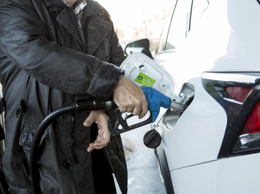 Un cliente llena el depósito de un vehículo en una gasolinera.