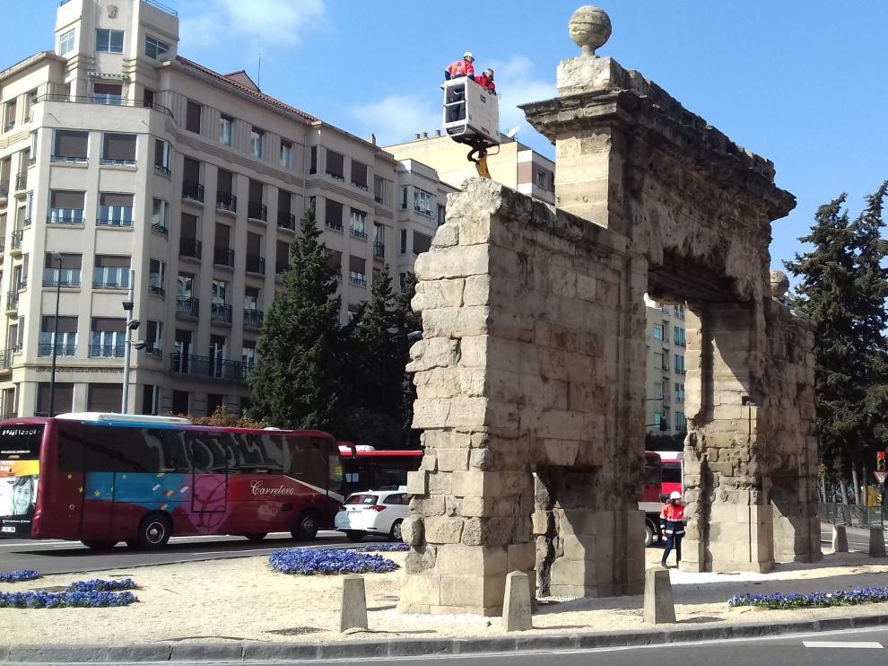 Operarios del Ayuntamiento han retirado unas hierbas que habían crecido en la Puerta del Carmen.