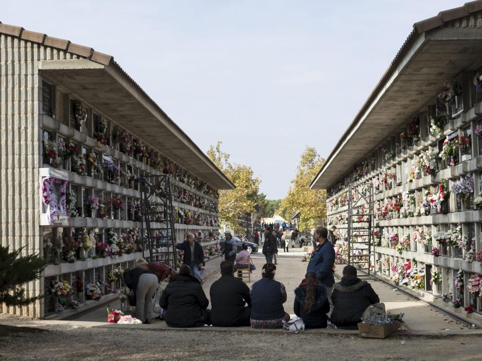Varias personas, en el cementerio de Torrero el pasado día de Todos los Santos.