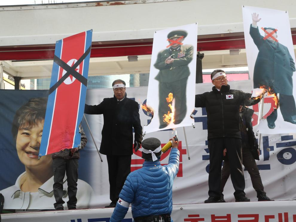 La llegada de la delegación norcoreana ha provocado protestas en Corea del Sur