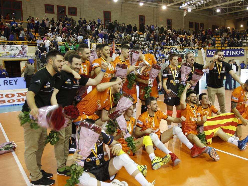 Los jugadores y el cuerpo técnico celebran el triunfo.