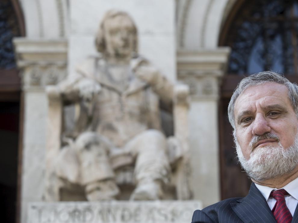 El historiador zaragozano Antonio Peiró Arroyo, ante el Paraninfo.