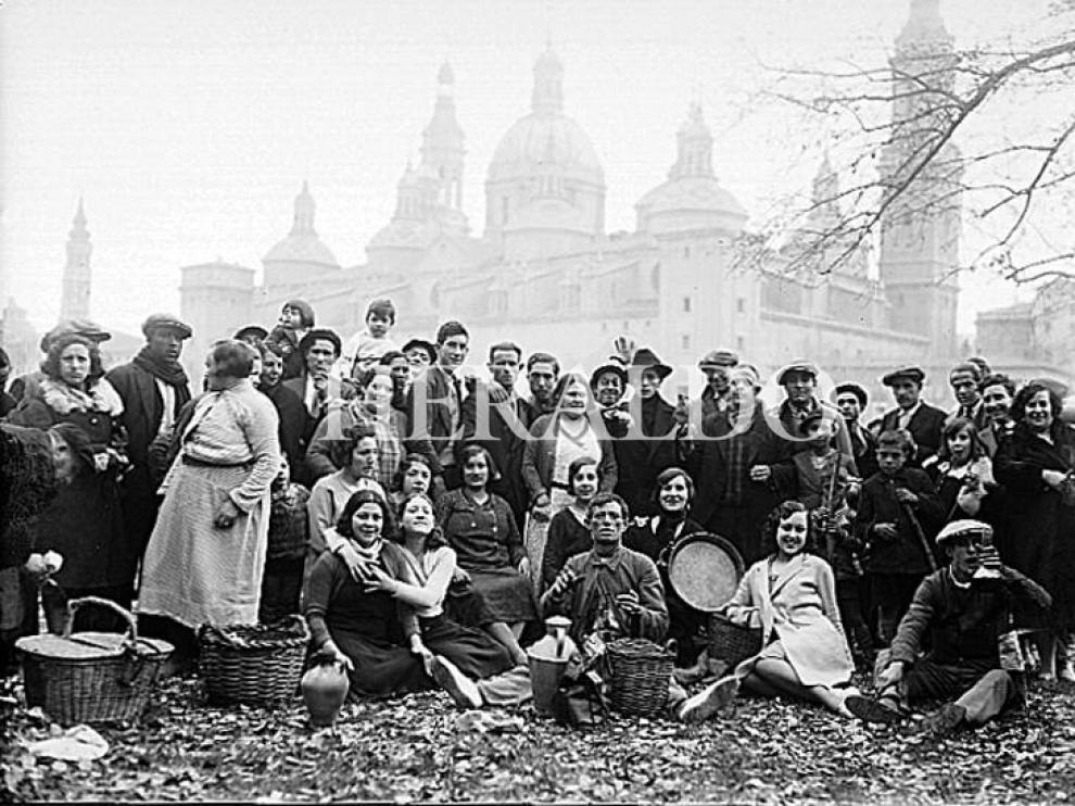 Un grupo de zaragozanos celebran la Cincomarzada en Macanaz en los años 30.