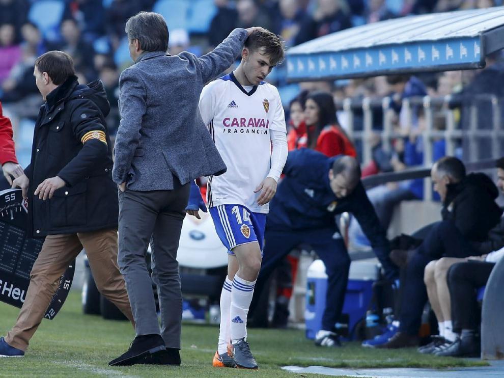 Aleix Febas es saludado por Natxo González en el momento de su cambio, en el minuto del partido ante el Oviedo este domingo. Su mano derecha se ve protegida por la férula azul que le permitió jugar.