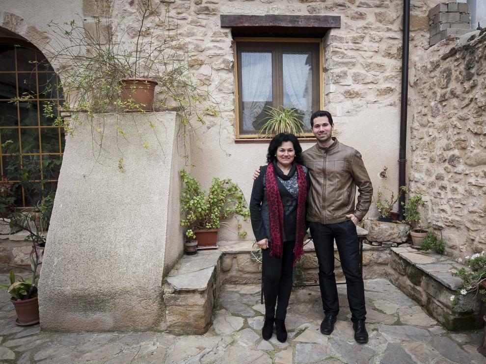 Pilar Pérez y Antonio Sancho en el patio de la casa rural Las Bodegas del Gilo.