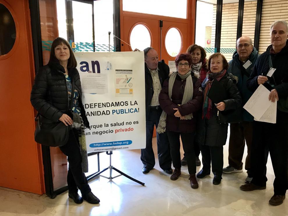 Algunos defensores de la sanidad pública, en la puerta del Lozano Blesa