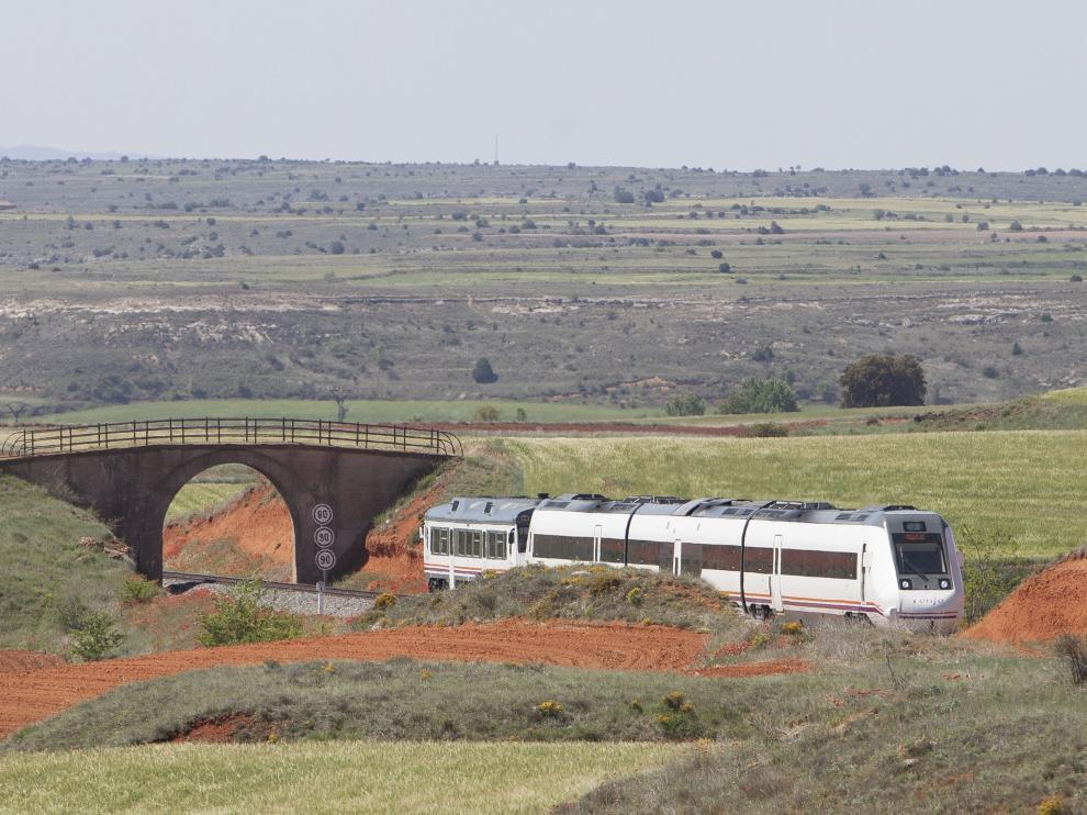 Un tren, que en mayo de 2017 remolcaba un 'tamagotchi' averiado, circula entre Lechago y Ferreruela de Huerva, un tramo con trazado obsoleto