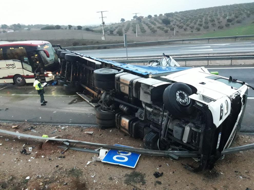 Accidente del autobús del Ríos Renovables contra un camión en Almuradiel