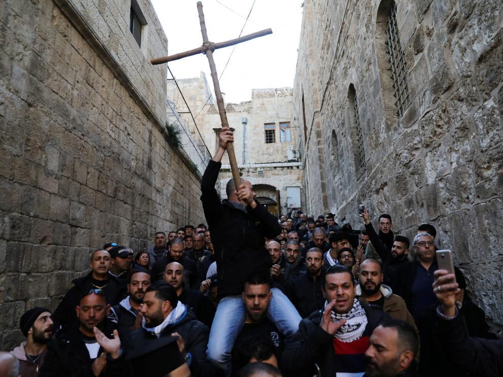 Protestas frente a la puerta de una iglesia