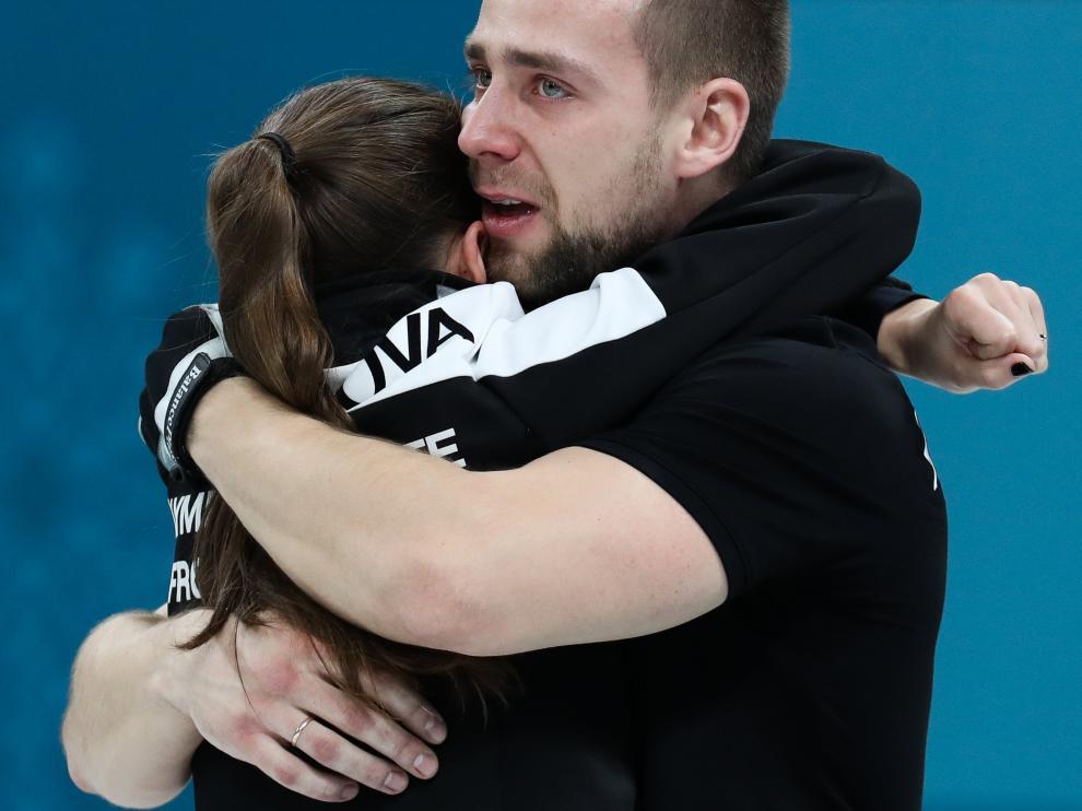 Alexander Krushelnitskii, acusado de dopaje, abrazando a su compañera del equipo de curling Anastasia Bryzgalova.