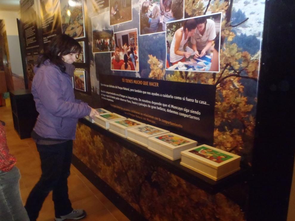 Un tablero interactivo explica los ecosistemas del parque del Moncayo en el centro de Agramonte.