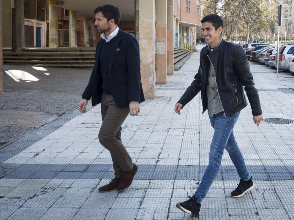 Alfaro, vestido de calle, junto a Lalo Arantegui el día de su presentación en enero.