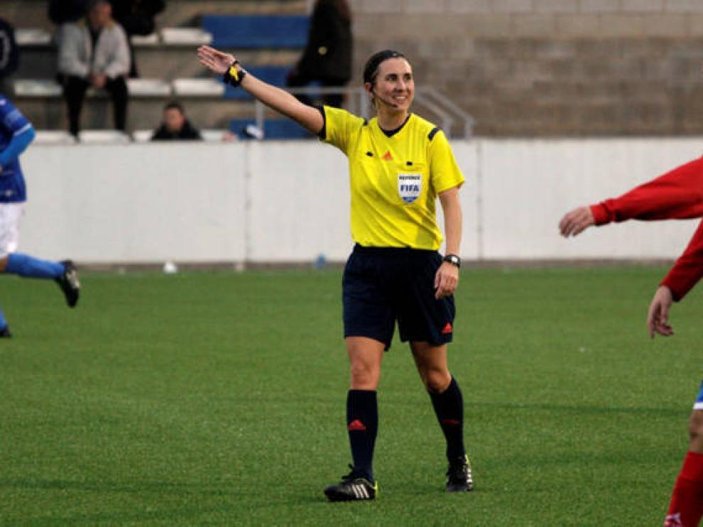 Marta Frías es la única árbitra de Aragón con categoría internacional y una de las más veteranas de España.