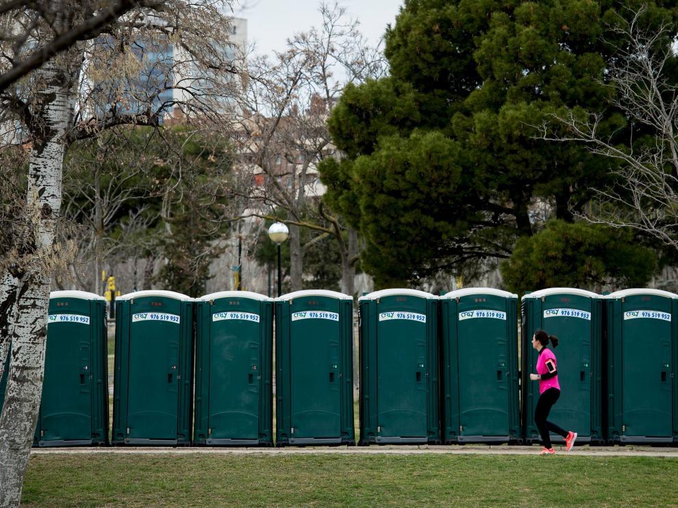 El parque está repleto de contenedores y baños portátiles.