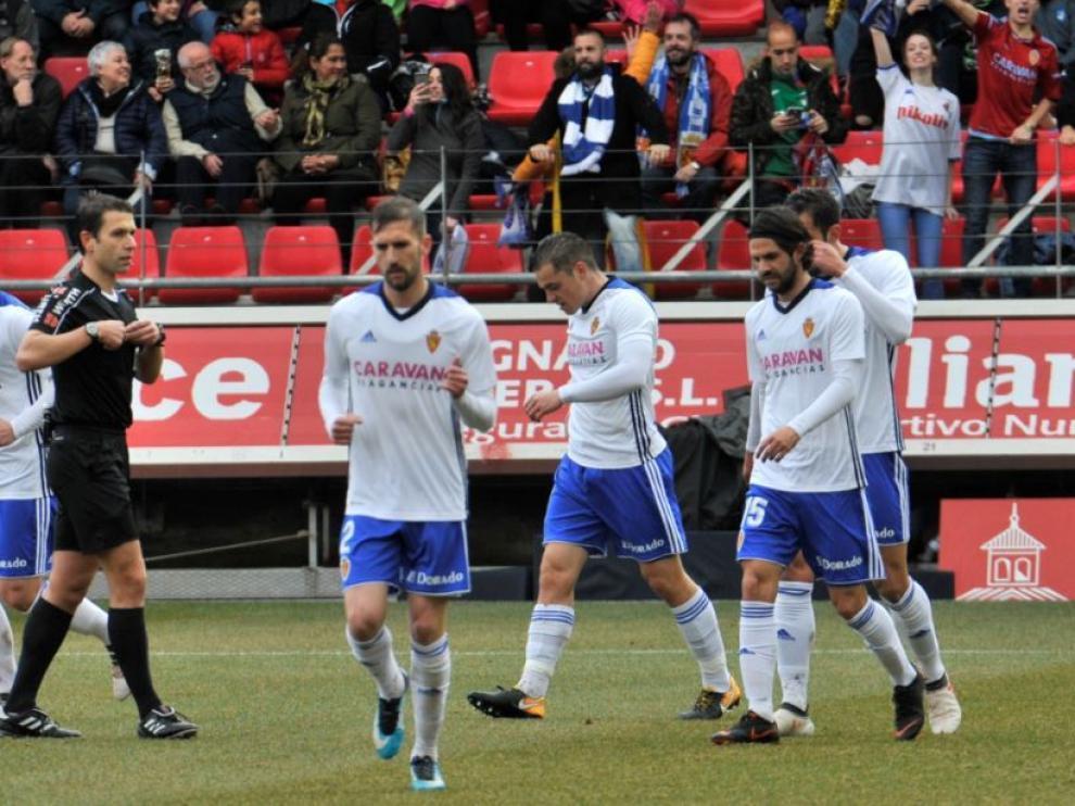 Cordero Vega, el árbitro cántabro del Numancia-Real Zaragoza del sábado, anota el tanto de Pombo (en el centro de la fotografía) que supuso el 0-1.