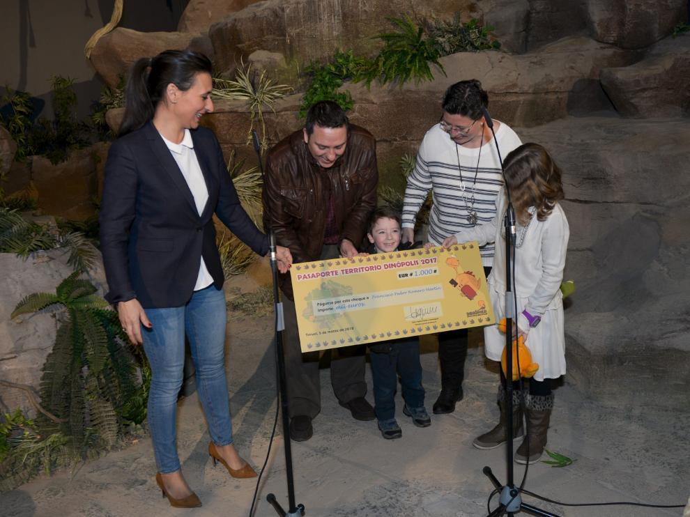 Higinia Navarro, a la izquierda, junto a la familia ganadora del cheque.