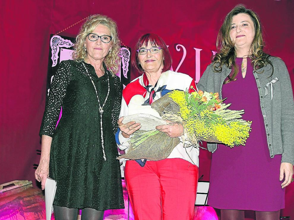 Silvia Salazar e Isabel Blasco, flanqueando ayer a la galardonada, Mari Tricas.