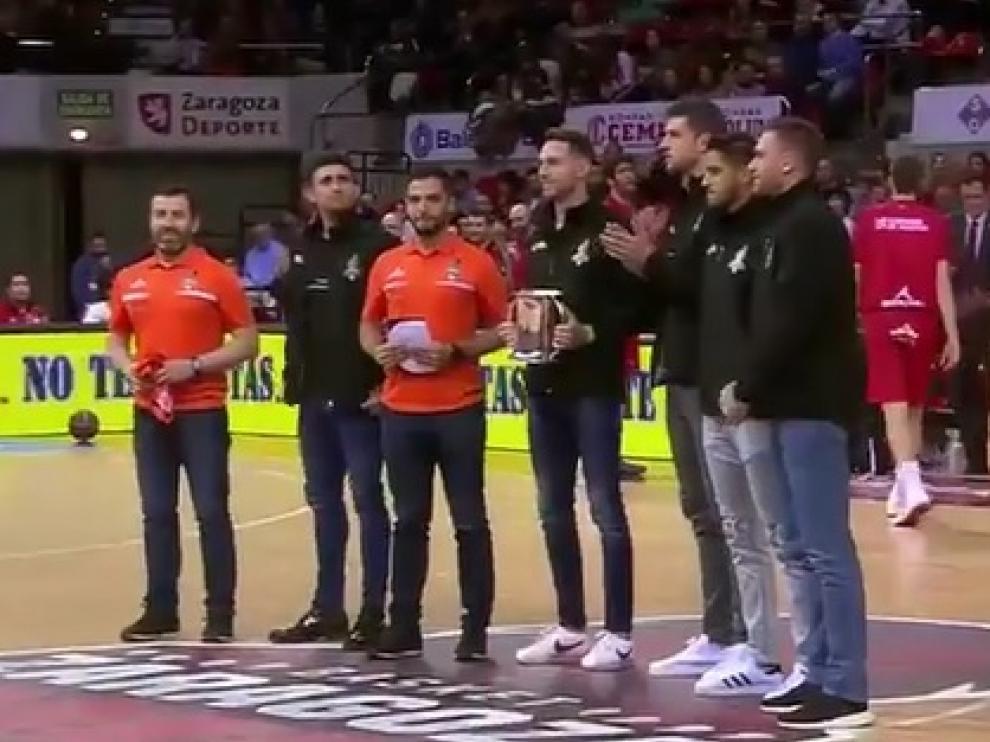 Los jugadores del Voleibol Teruel, ovacionados este domingo.