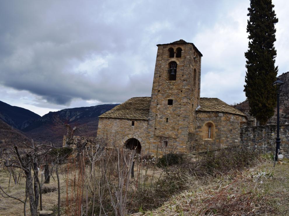 Campanario e iglesia de Beranuy.