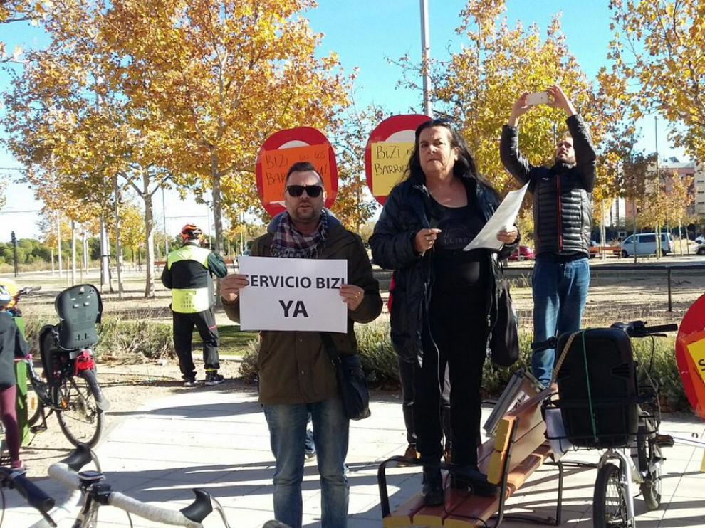 Algunos integrantes de la FABZ, demandando la ampliación del servicio Bizi