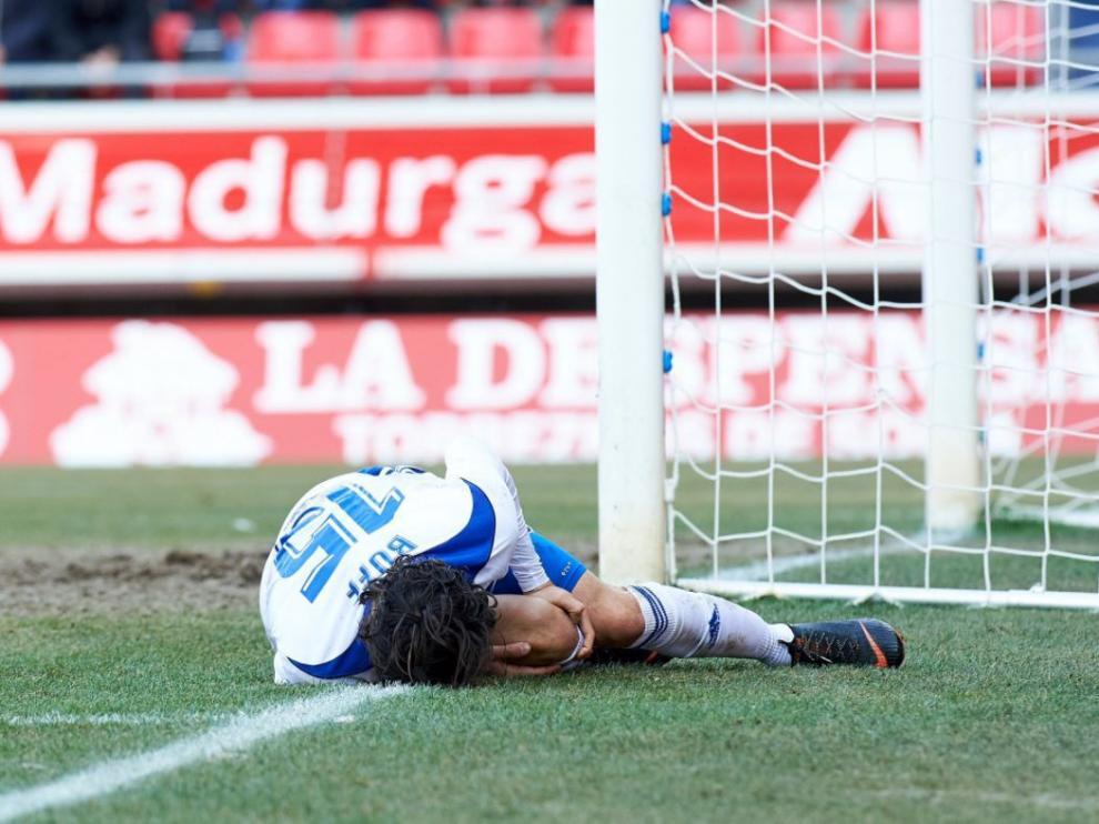 Oliver Buff, doliéndose en el césped de Los Pajaritos, en la última acción del primer tiempo del partido Numancia-Real Zaragoza del pasado sábado, cuando cayó lesionado.