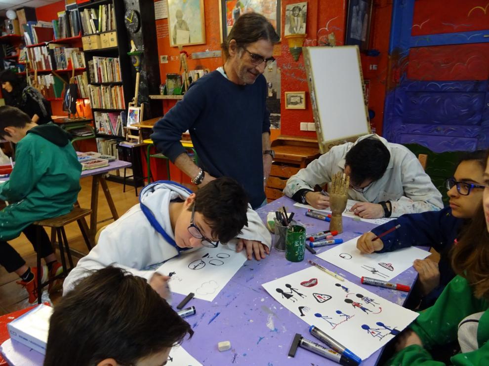 Los participantes en el proyecto creativo trabajando en el estudio del artista Fernando Sanagustín.