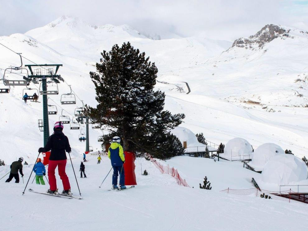 Unos esquiadores, junto a los 'iglús' para pernoctar junto al ibón de Culivillas, montados en otoño.