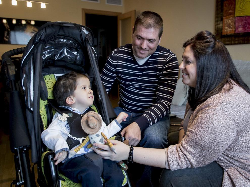 Inés y Alberto, padres del pequeño Javi, son algunos de los afectados por la demora en el pago.
