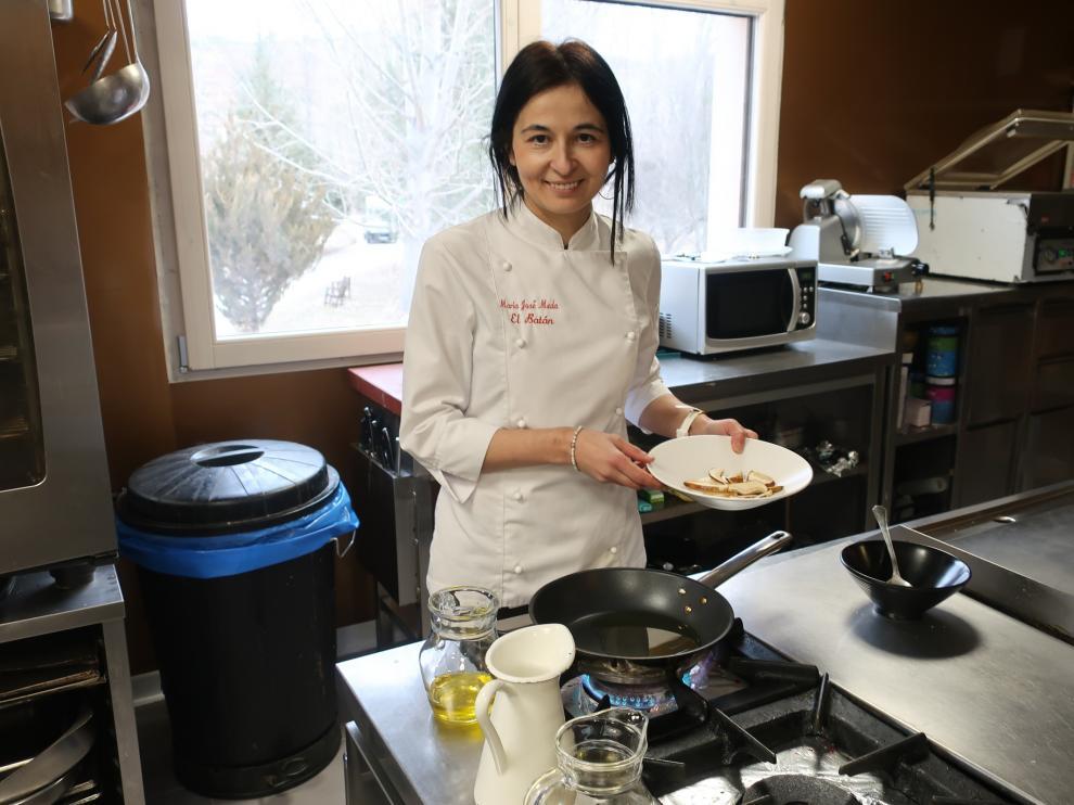 María José Meda, chef con estrella Michelin en la cocina de El Batán (Tramacastilla).