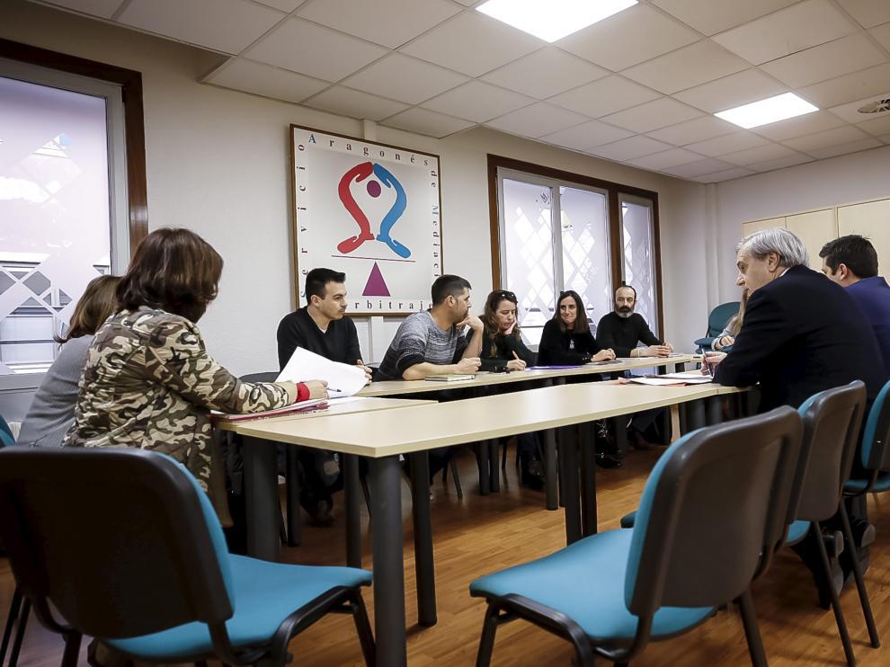 Un momento del comienzo de la reunión entre la empresa y los trabajadores ayer en el SAMA.