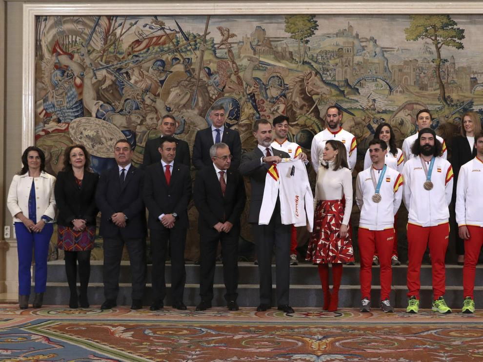 Martí Vigo, a la derecha de la imagen, este martes en la recepción de los Reyes a los olímpicos en La Zarzuela.