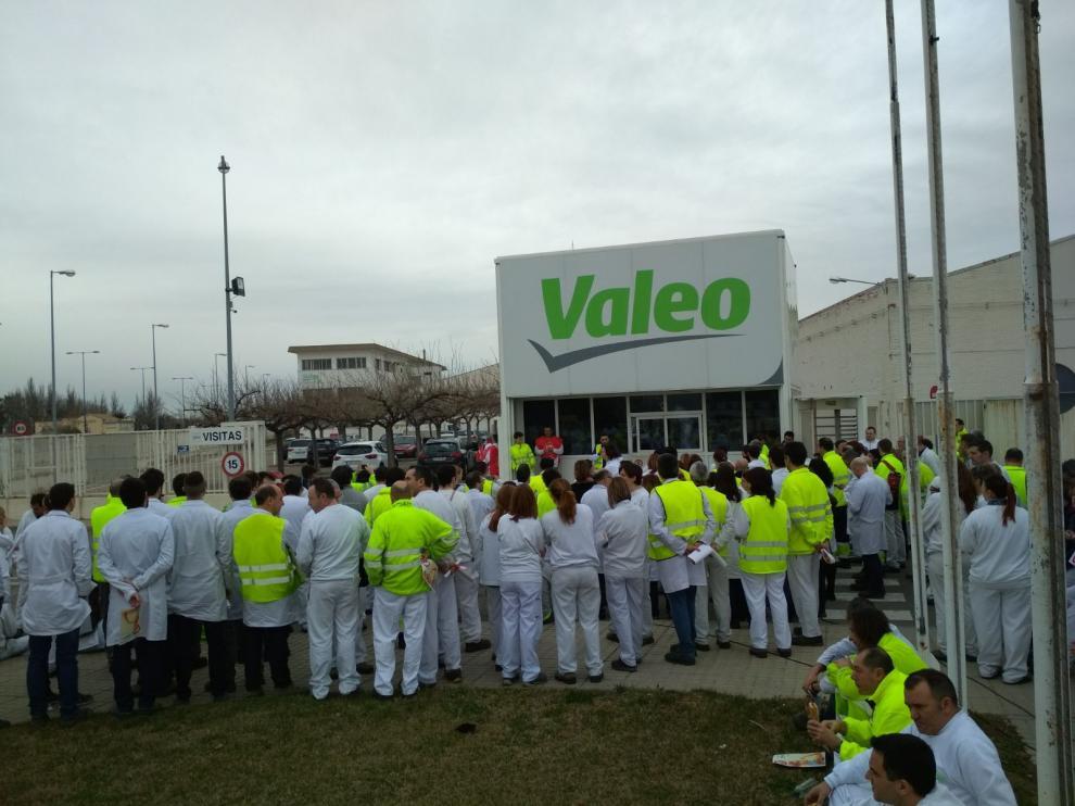 Trabajadores de Valeo a las puertas de la planta con motivo del 8-M.