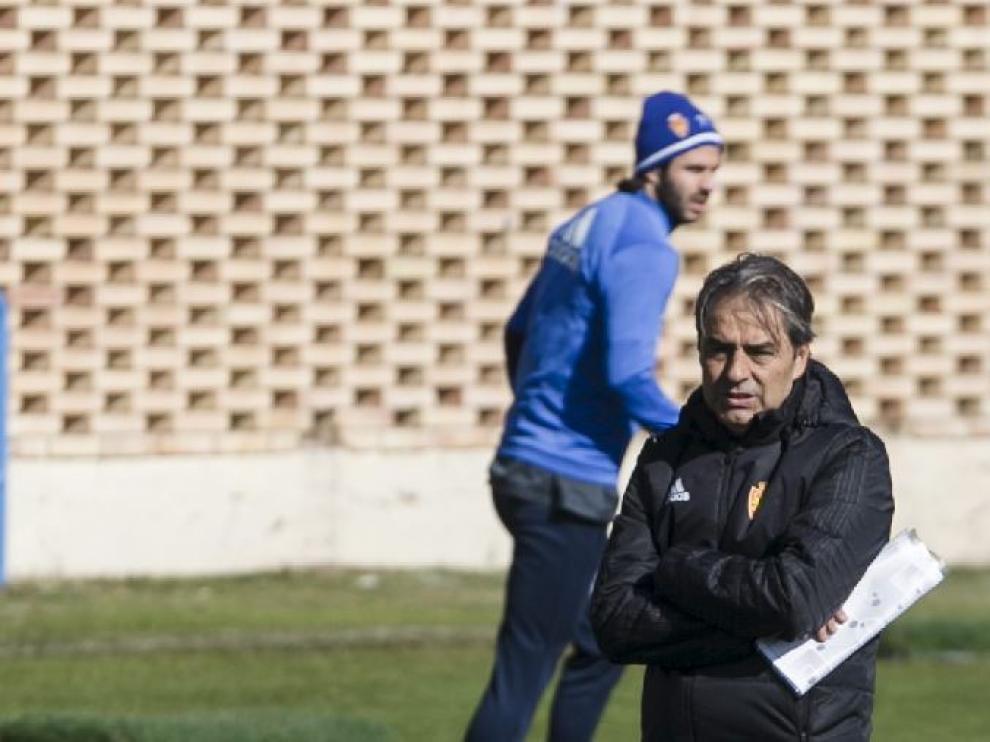 Natxo González, con Buff detrás de él en segundo plano, en el ensayo del Real Zaragoza.