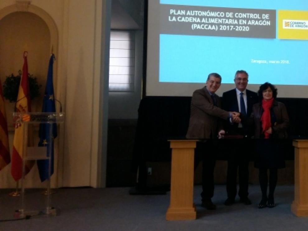 Los consejeros Celaya, Olona y Broto durante la firma del nuevo Plan de Control de la Cadena Alimentaria de Aragón.