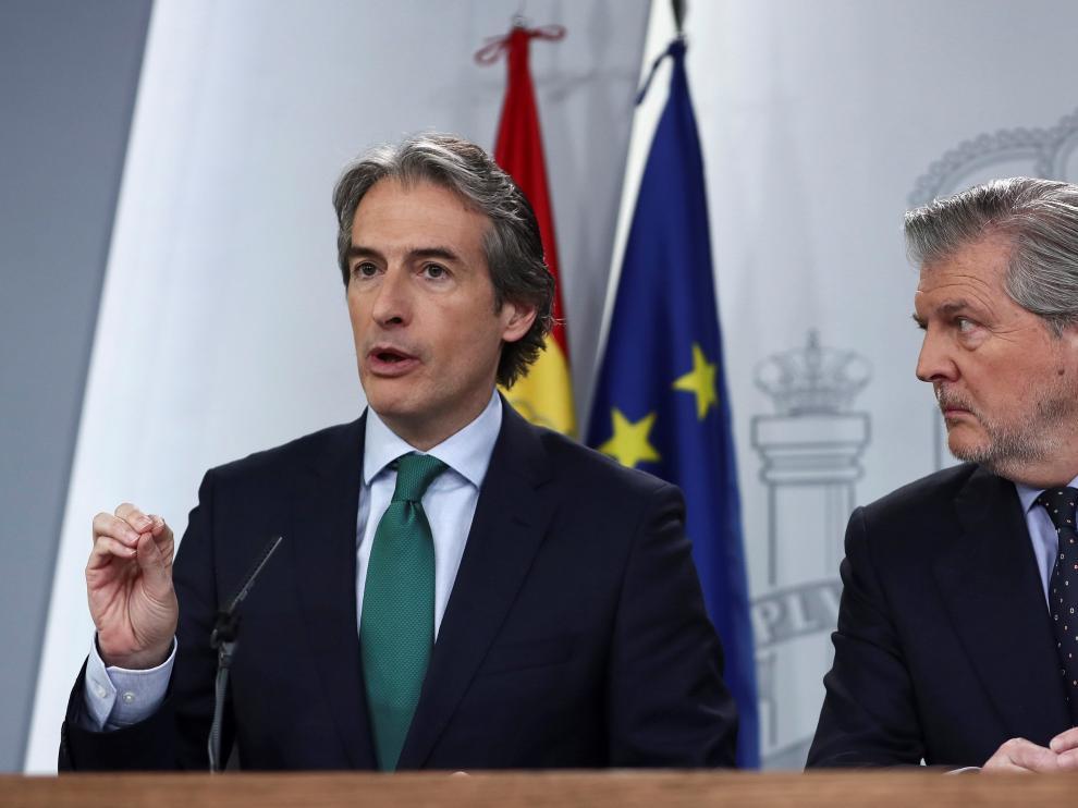El ministro de Fomento, a la izquierda, presentó ayer el plan de vivienda tras el Consejo de Ministros.