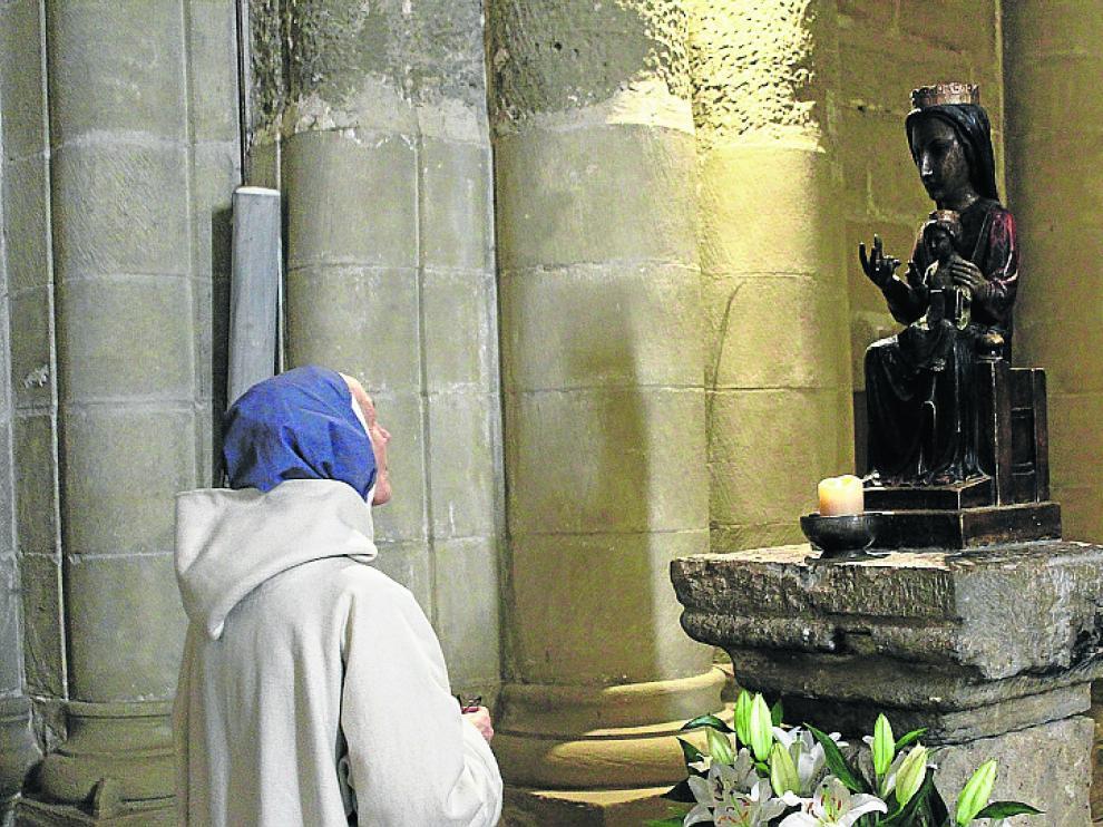 La priora Sylvie frente a la virgen del Coro.