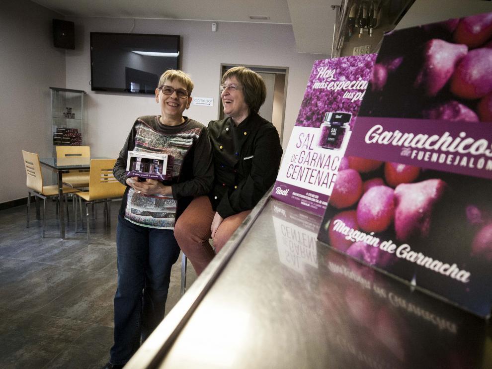 Mari y Blanca Rodríguez, en la barra del Rodi, junto a sus productos estelares: la sal de garnacha y los garnachicos.