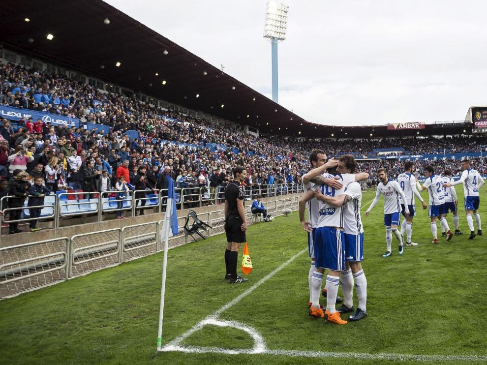 Los jugadores del Real Zaragoza celebran el 1-0 marcado por Papunashvili en el partido ante el Lorca FC.