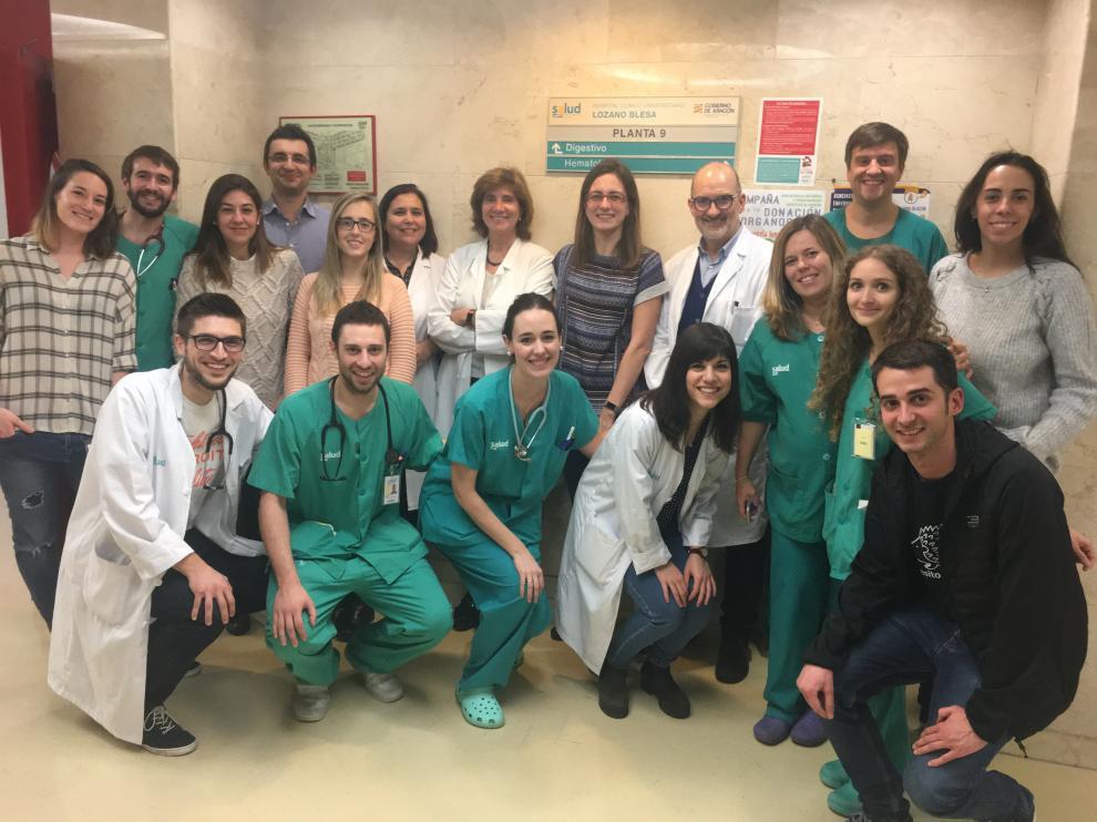 Una fotografía del Grupo de Patología Digestiva, en el que Olga Abián aparece en el centro junto a Ángel Lanas.