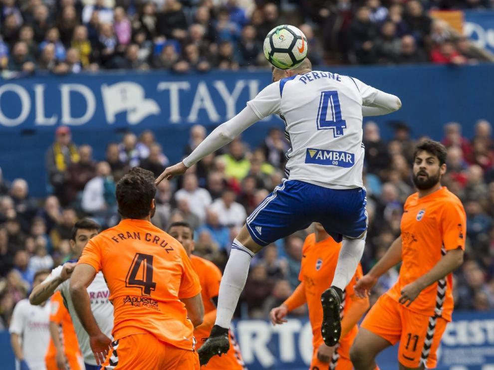 Perone, en pleno salto de cabeza en acción de ataque el pasado domingo ante el Lorca FC.